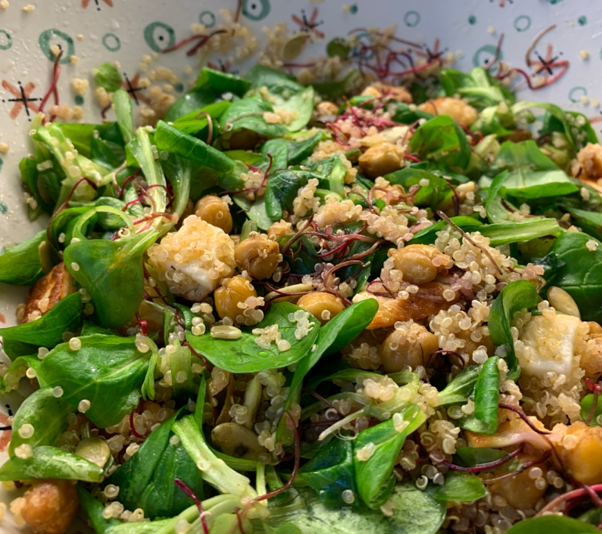 Salade variée au quinoa et haloumi